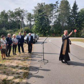 Poświęcenie drogi przez księdza Romana Lompę